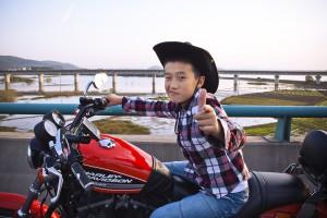 Blivande kinesisk biker provsitter sin pappas motorcykel på väg till Shanghai Hogs motorcykelfestival i Huangshan (Gula Bergen). Foto: Carl Myrén